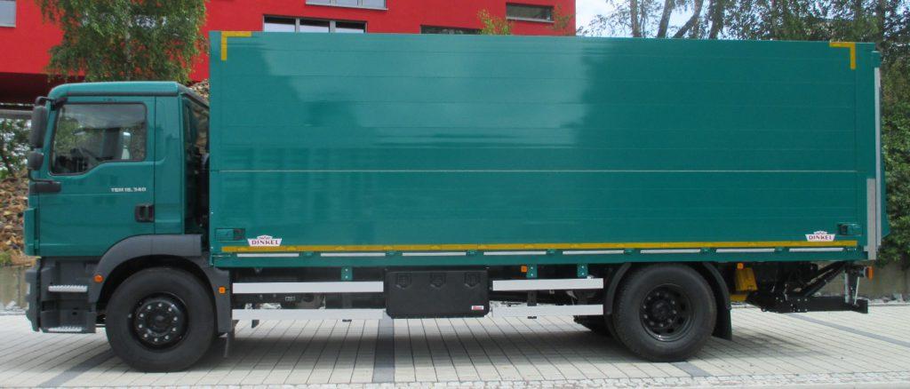 """DINKEL - """"MAGNUS"""" Überdach-Schwenkwandaufbau mit einer heckseitigen Ladebordwand als Abschluss. Typ ADKLLW, betriebsbereit montiert auf einem LKW Fahrgestell des Typs MAN TGM 18.340 4x2 LL, mit einem Radstand von 5075 mm und kurzem Fahrerhaus, Aufbau und Ladungssicherung zertifiziert gemäß VDI 2700, Blatt 12"""